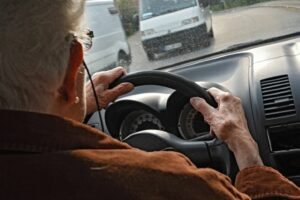 Contromano sulla Lecce-Brindisi: ritirata patente ad un anziano